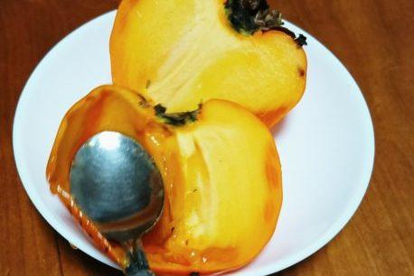 富士柿をスプーンで食べる