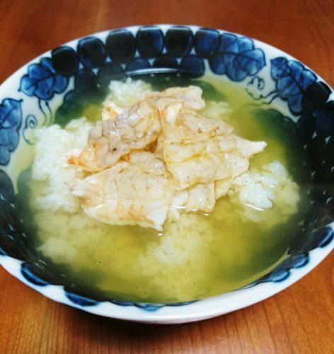 粉茶を注いで作る海老茶漬けはお酒の〆に最適