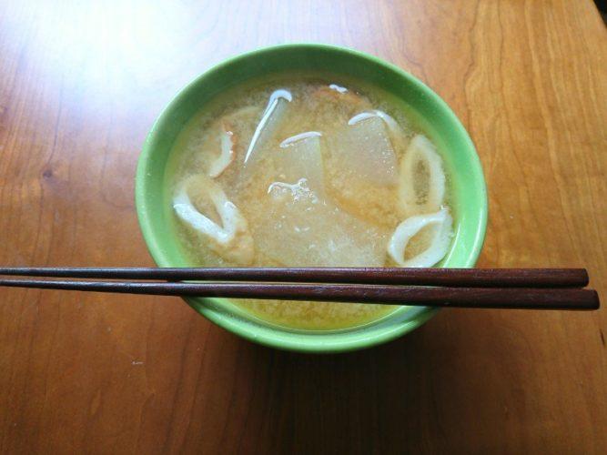 遅く起きた朝の汁、冬瓜とちくわの味噌汁
