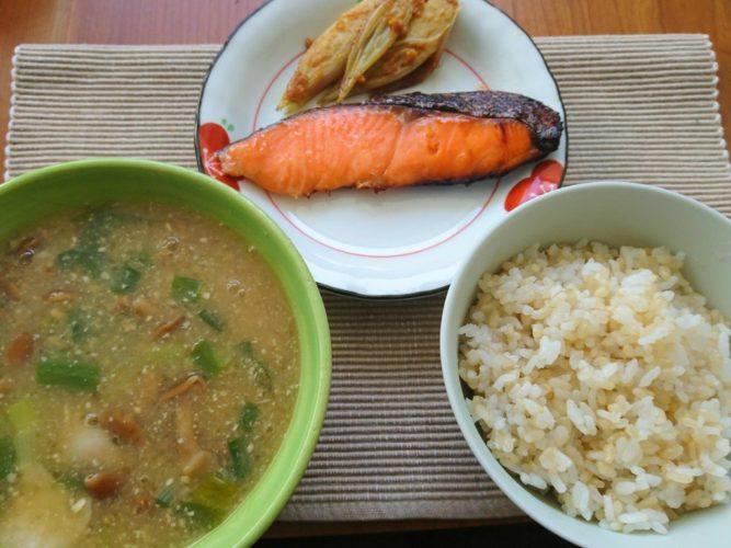 発芽玄米で栄養プラス!鮭となめこ汁で一汁一菜なお昼ご飯