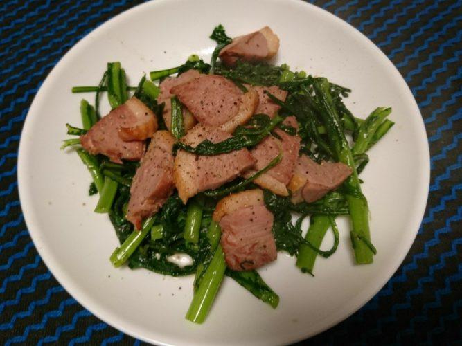 ウドの醤油マヨ和えと春菊のと鴨スモークの炒め物