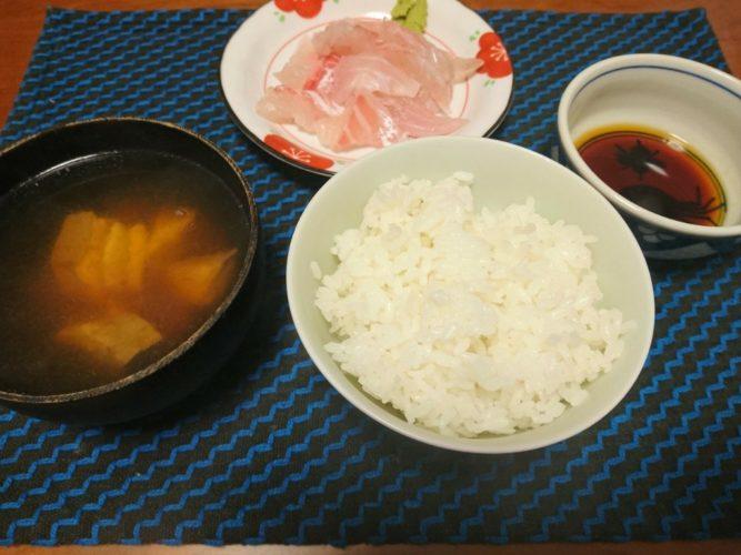 生醤油に日本酒をたらして、鯛の刺身で晩酌