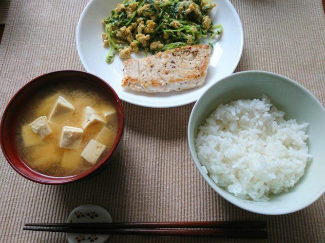 カジキのレモンペッパー炒めと卵と豆苗の炒め物