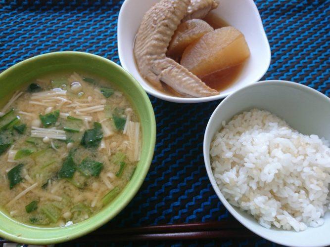 大根と手羽先の煮物と、えのきと小松菜の味噌汁
