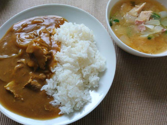 お昼は岩手県宮古のカレー屋さん咖哩亭のレトルト、夜はエビチリとタコの漬け