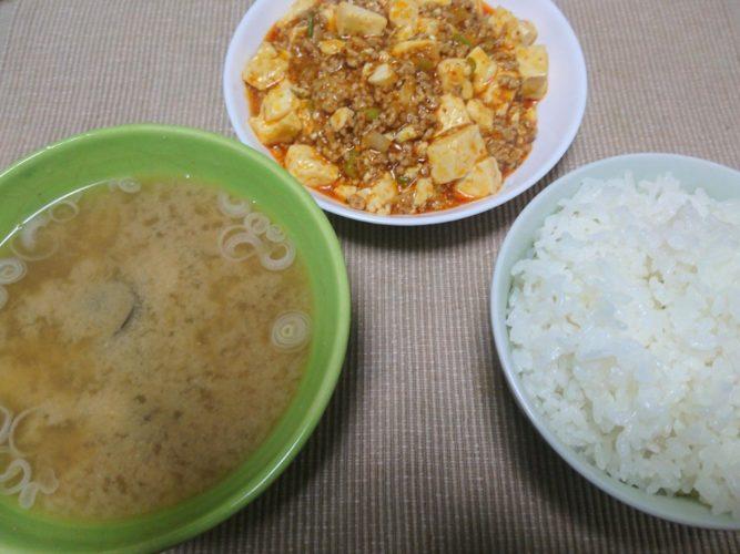 麻婆豆腐としじみ汁、ハムと大葉とキュウリの和え物