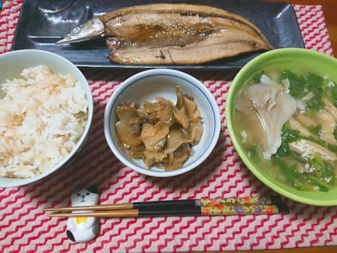 ダイエットに効くらしい30分煮出した舞茸の味噌汁とサンマ