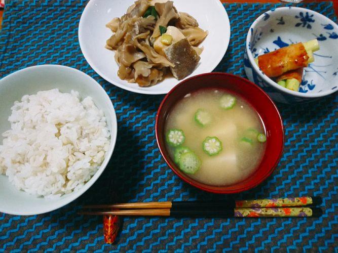 蒸したタラと舞茸の煮物とアスパラベーコン