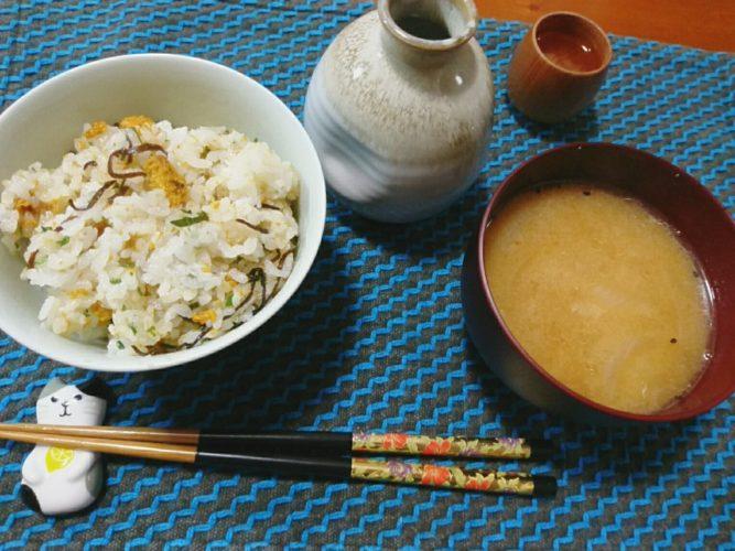 塩うにの混ぜご飯と鶏皮の味噌汁