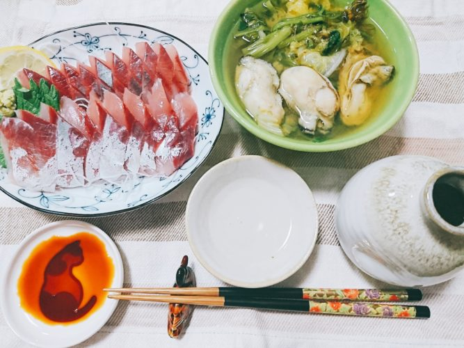 牡蠣と芹と白菜の味噌汁、イサキの刺身。
