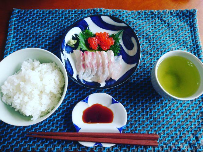 鯛の刺身と筋子の醤油漬け、お吸い物に煎茶