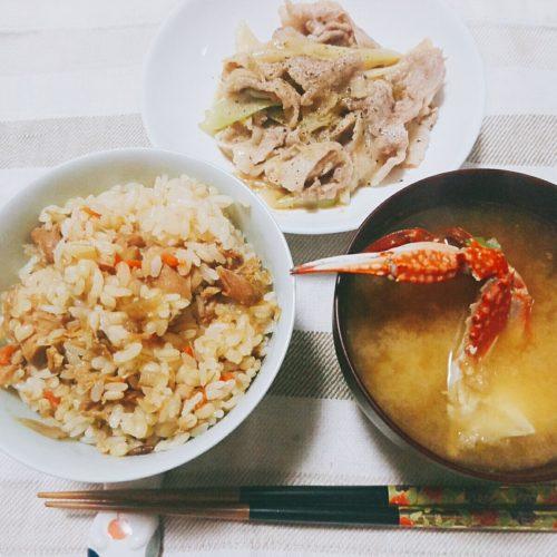 鶏釜めしと渡り蟹の味噌汁、ネギ塩豚炒め