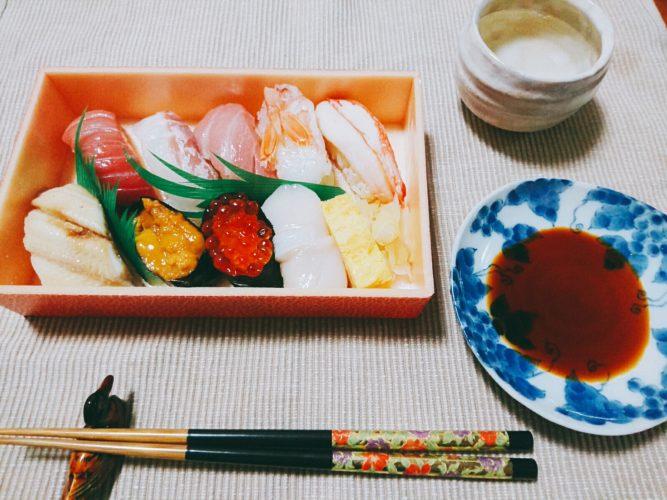 持ち帰りのお寿司と白魚(シラウオ)の刺身