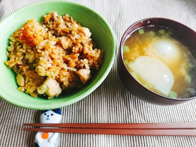 鶏肉の炊き込みご飯とかぶの味噌汁