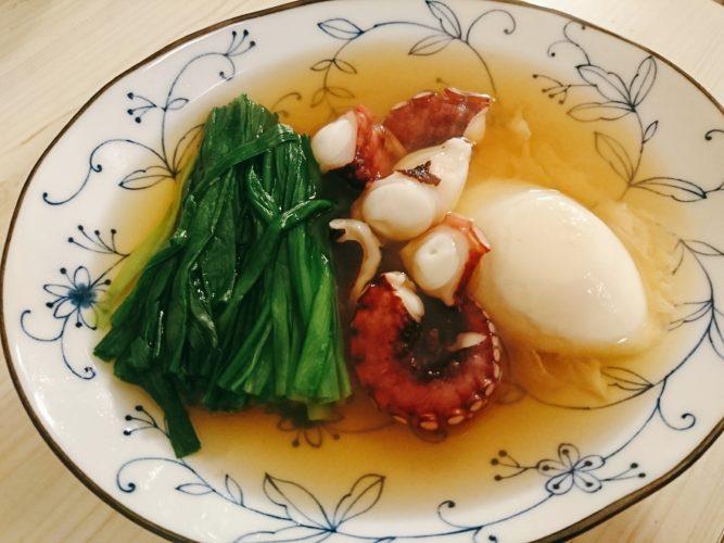 タコとニラと卵の即席おでん、タコと笹かまの炙り、スナップエンドウの塩昆布炒め、讃岐うどん。
