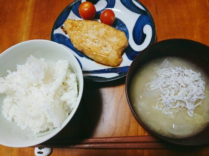 カジキのバター醤油ソテーと白菜としらすの味噌汁
