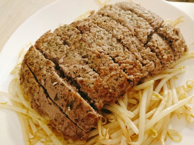 挽肉をそのまま焼いたら謎肉みたいなステーキが出来た