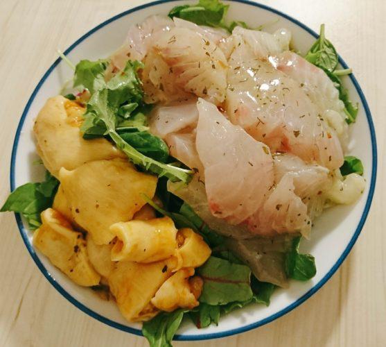 ホヤとスズキのカルパッチョと、鶏もも肉のトマト煮