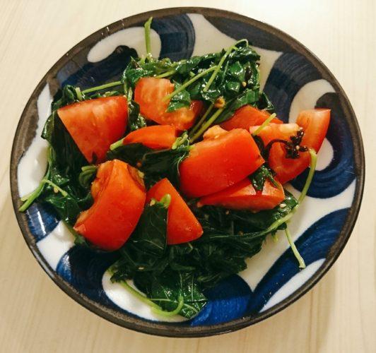 アサリの炊き込みご飯とトマトとモロヘイヤのサラダ