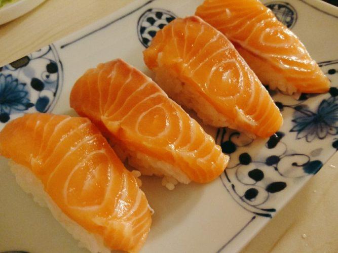 おうちで握ったサーモンの寿司