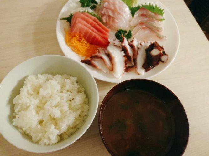 刺身とご飯と味噌汁