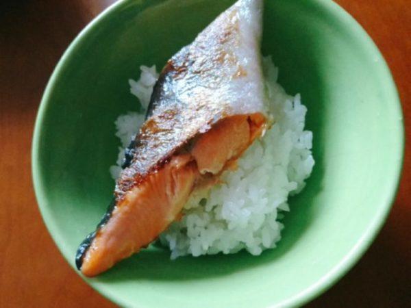 ご飯に鮭をのせる