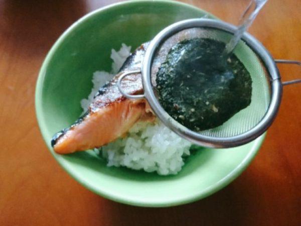 鮭茶漬けに粉茶を注ぐ