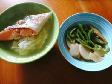 フライパンで塩鮭を焼いて作った鮭茶漬け