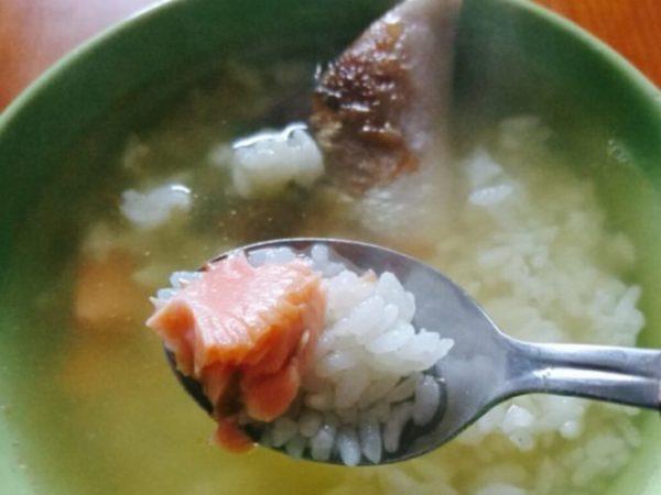 鮭茶漬け食べる画像