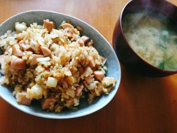 魚肉ソーセージのチャーハンと味噌汁