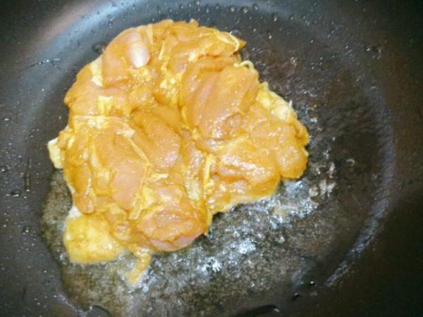鶏肉を皮目から焼く