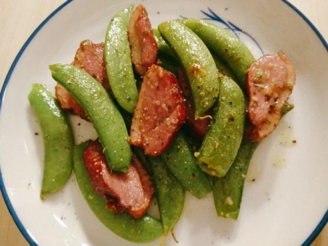 鴨スモークとスナップエンドウの炒め物