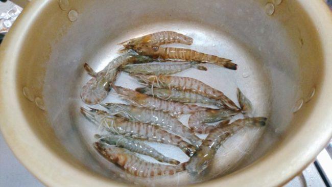 車海老を鍋に入れる