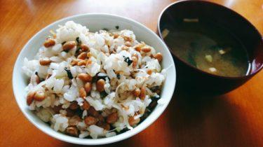 三椒で作るスパイシーチキンと簡単で美味しい納豆混ぜご飯